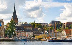 Miniferie i NordtysklandSå tæt på ogalligevel så dejligtanderledes. Besøg f.eks.den flotte øRügen, herlige Schwerin med sit eventyrslot, eller nogen af de skønne gamle hansestæder - Wismar, Rostock og Lübeck kan alle anbefales på det varmeste!