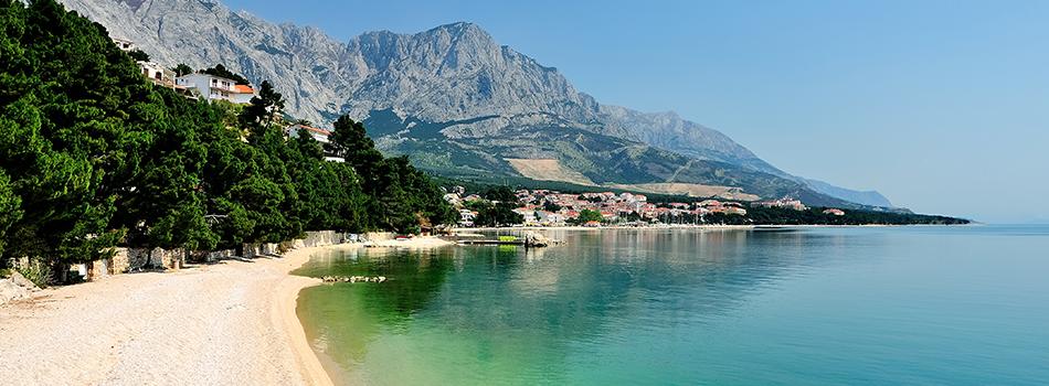 Kroatien sommar 2019Kroatien har en fantastiskt fin kust med strålande badvatten. Här badar du från sten- och klippstränder eller gjutna pirar. I regionen Dalmatien, hittar du även finfina klapperstensstränder och små vikar där du kan få vara helt för dig själv.
