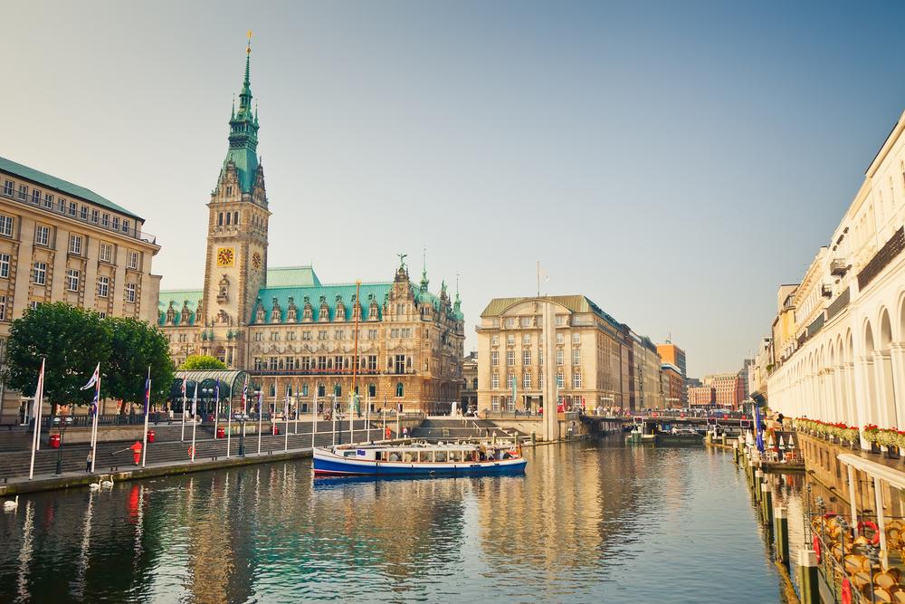 HamburgHamburg, die lebendige Stadt an der Elbe, bietet Erlebnisse auf Weltklasseniveau: ob Romantik, Shopping, Kunst oder Gastronomie, hier ist für alle etwas dabei.