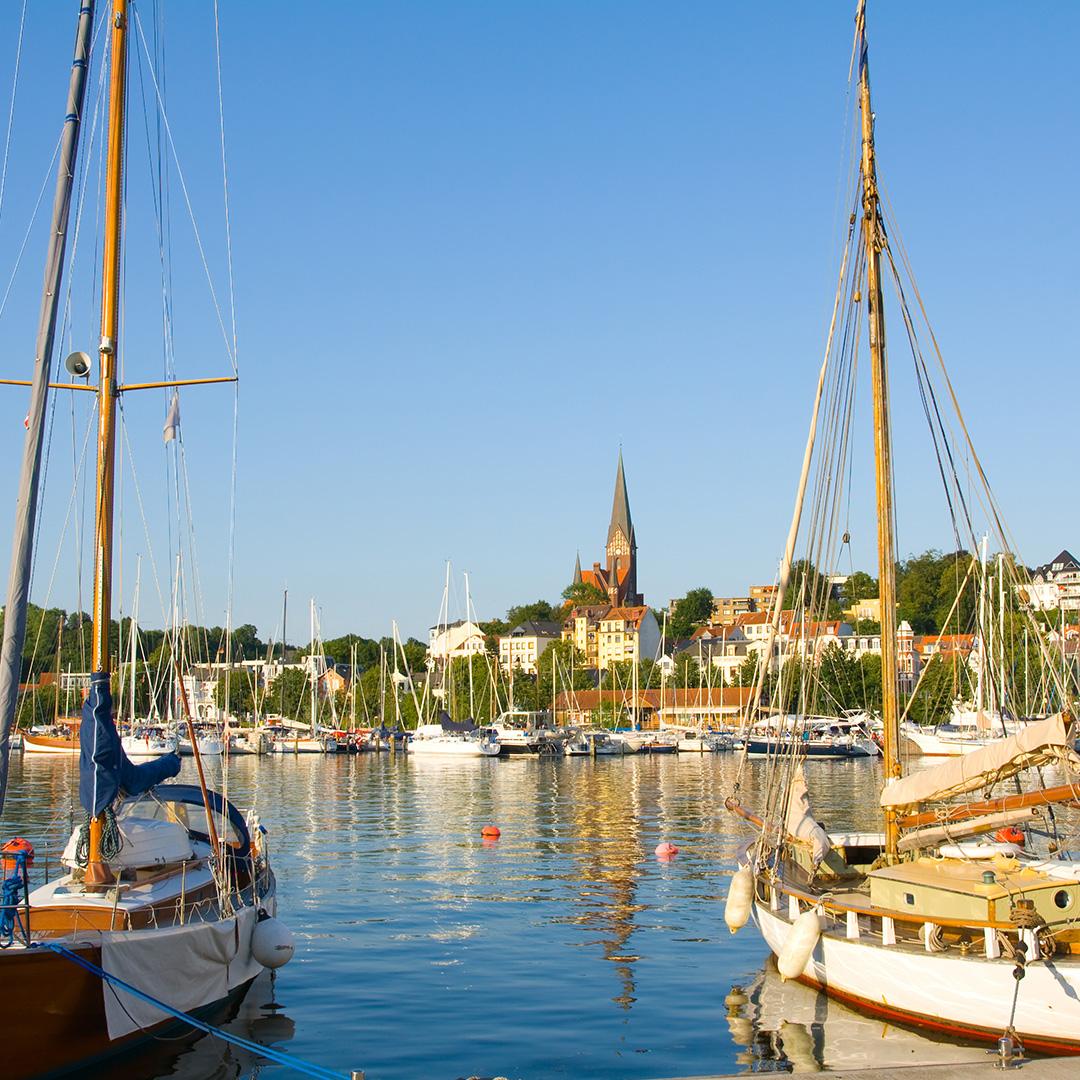 Schleswig-HolsteinSchleswig-Holstein ist ein Bundesland mit reichem Angebot. Hier gibt es unzählige Möglichkeiten unvergessliche Ferien zu erleben.