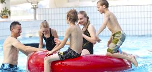 Dayz Rønbjerg FeriecenterHelt nyrenoveret feriecenter med boblende oplevelser i subtropisk badeland. Her er sjove vandrutchebaner, bølgebassin og sauna men også sportshal, bordtennis, billard og fine bowlingbaner. Åbningstider:Hele året