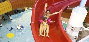 """Skallerup Seaside ResortIhana vesipuisto, jossa on78 m pitkä vesiliukumäki erilaisilla valoefekteillä.Efektit aktivoituvat kun etenet liukumäessä ja ohitat""""touch points"""" matkalla alas. Vesipuistossa on useitajacuzzeja, vastavirtakanava, lämmin laguuni ja erillinen 25 m uima-allas. Avoinna: Ympäri vuoden."""