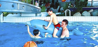 Seepark Sellin Ferienwohnungen Herlig ferieby på Rügen i Tyskland med stort innendørs eventyrsbad;AHOI! Rügen Bade- und Erlebniswelt. Åpningstider: hele året.
