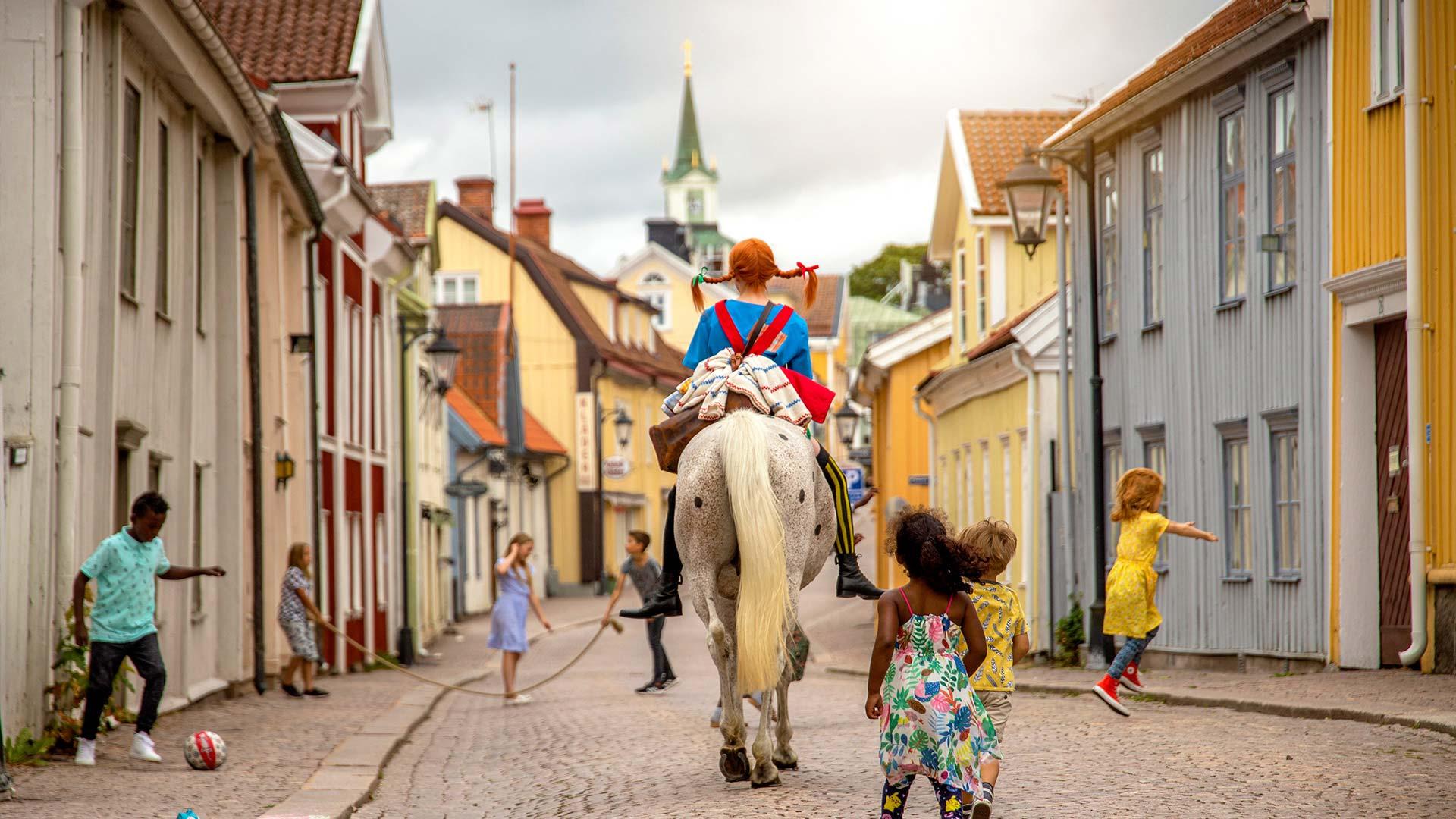 Astrid Lindgrens verdenBo nabo til Pippi på Oxgården fra 1.685 kr./nat for 2 voksne og 2 børn.