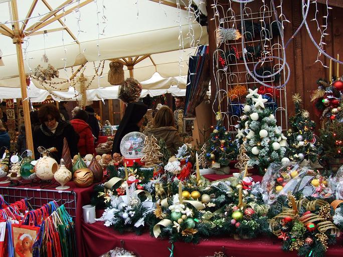 KrakovaSuurimmat joulumarkkinat pidetään joka vuosiKrakovan suurella torilla.Se houkuttelee vieraita niin läheltä kuin kaukaa. Joulumarkkinat: 4/12 - 22/12
