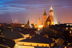 KrakowDet største julemarked finder sted hvert år på den centrale plads i Krakow og tiltrækker internationale besøgende og lokale. Julemarked: 25/11-30/12