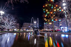 Peberkager i MalmøJulestemning i Malmø, byen forvandles med isskulpturer, skøjteløb på torvene, julemarkeder og peberkager Julemarked i Malmö: 26/11 - 23/12.