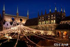 Hyggelige LübeckJulemarkedet ved rådhustorvet omtales for første gang for mere end 350 år siden. Julemarked: 26/11-30/12.
