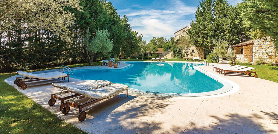 LomatalotVuokraa talo, jossa oma uima-allas ja terassi.